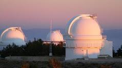 Cúpuluas de los tres telescopios del observatorio Calar Alto.
