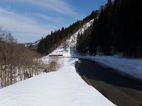 当面は道路外の雪の上を歩く