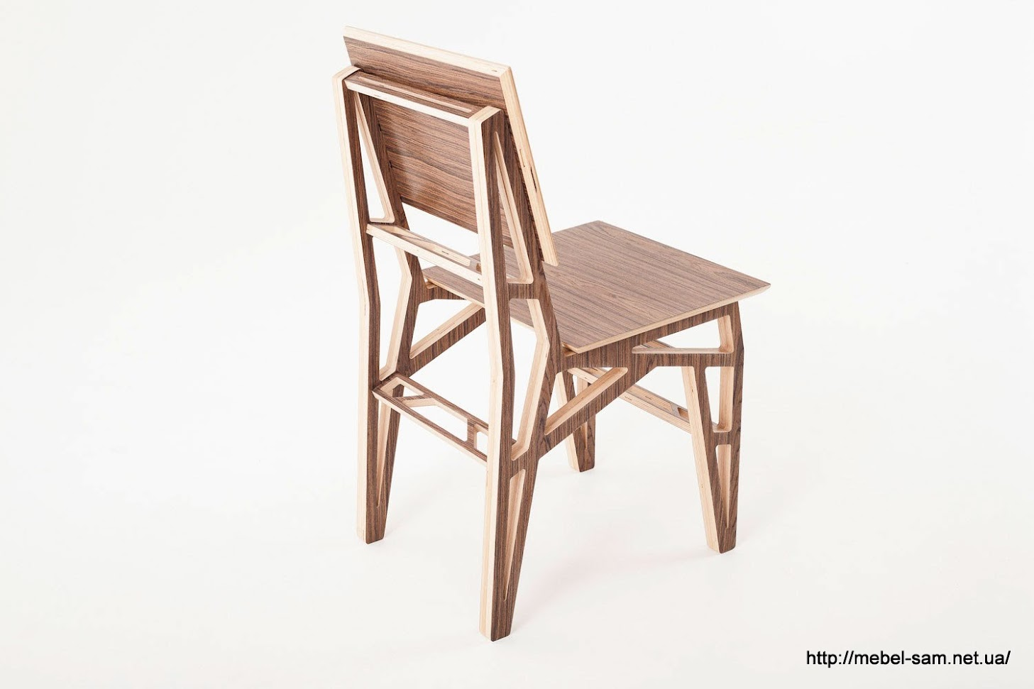Почти все линии контура стула не параллельны