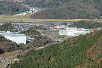 右端付近に駐車(中央に名神高速)