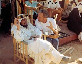 """Photo: Alec Guinness e David Lean batem um papo no intervalo das filmagens de""""Lawrence da Arábia""""."""