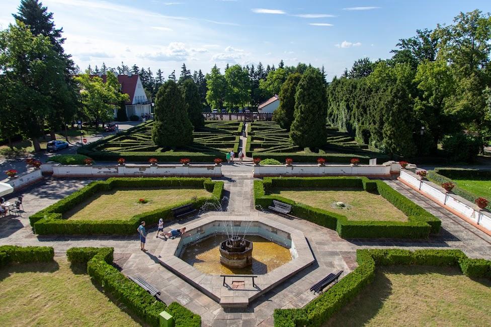 ogród zamku w Baranowie Sandomierskim, widok z okna na ogród