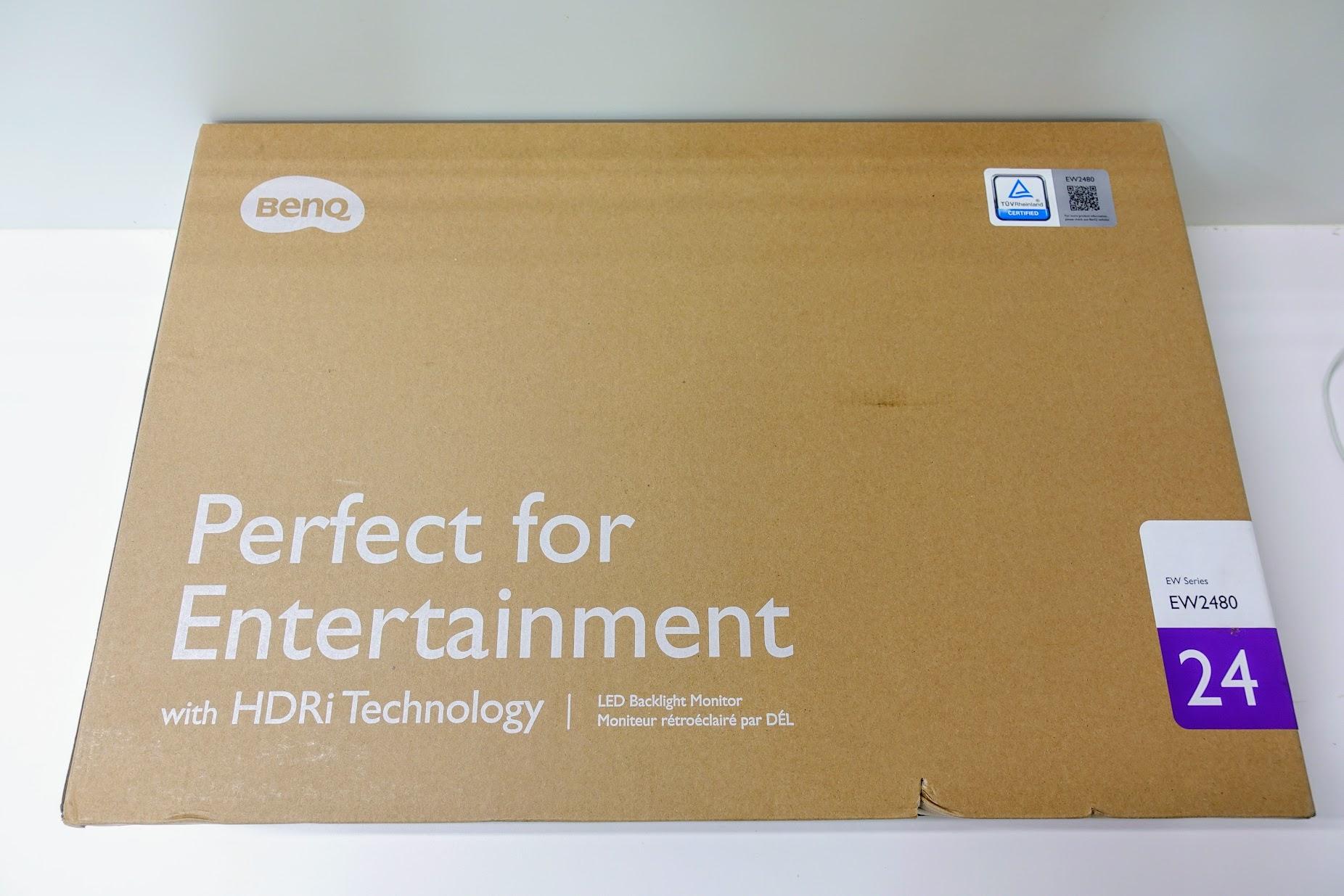 箱子不大,真的很小一台,回想之前EIZO螢幕的紙箱和重量,這台簡直像是玩具一般XD