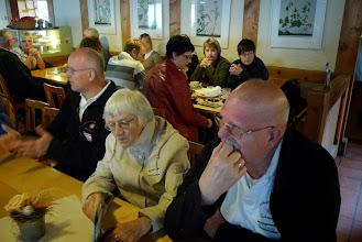 Photo: Ehermitglied Paul Hofer mit seiner Frau Alice beim studieren der Speisekarte
