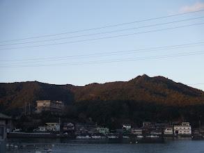 左の建物が海ぼうず、右の山が相賀浅間山