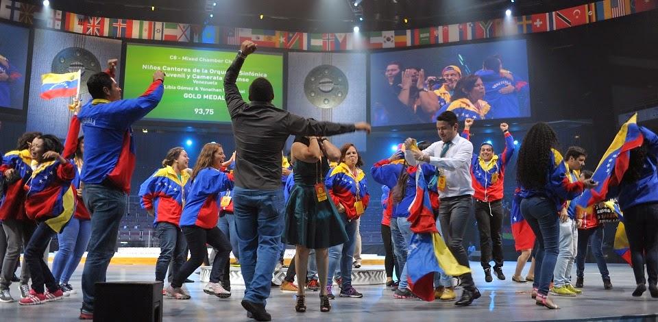 La celebración de los integrantes luego de recibir el premio como Campeones de los World Choir Games | Foto: Kaspars Garda, R?ga 2014