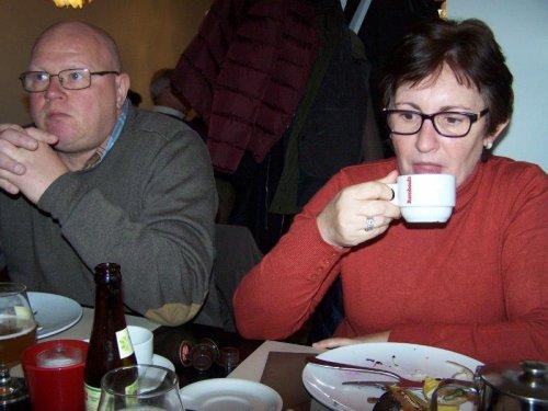 Onze voorzitter en zijn vrouw genieten van de broodlunch en een streekbier of koffie.