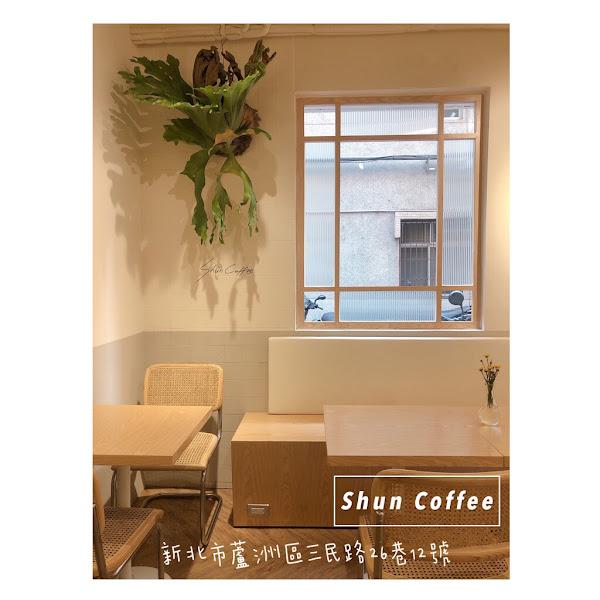 蘆洲最美咖啡廳不為過,舒服的氣氛 好吃的餐點。 隨便拍拍都很美....是真的還會想要再來唷!(因為沒吃到傳說好看好吃的甜點)