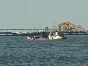 Photo: Embarcações de apoio à construção dos píeres e quebra-mar no Porto do Açu