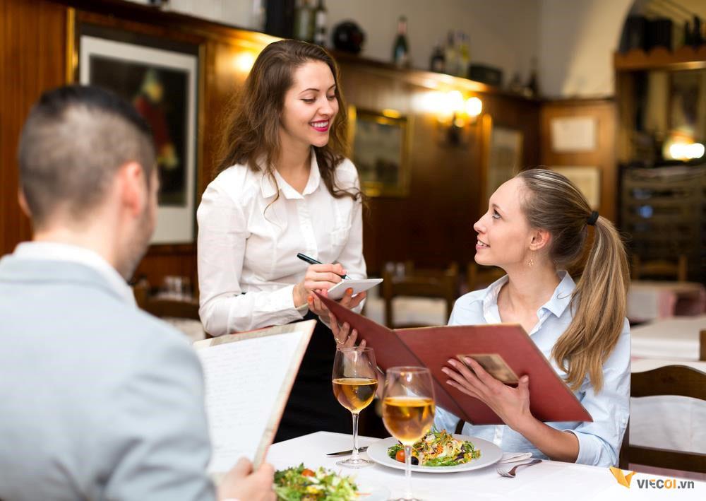 Thái độ phục vụ đóng vai trò rất quan trọng trong việc thu hút khách hàng