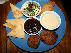 Photo: Was man in Costa Rica alles bekommen kann: Vegetarischer Teller mit libanesischen Spezialitäten :)