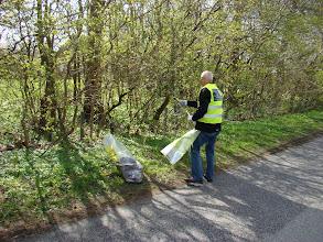 Photo: Masser af affald i hegn