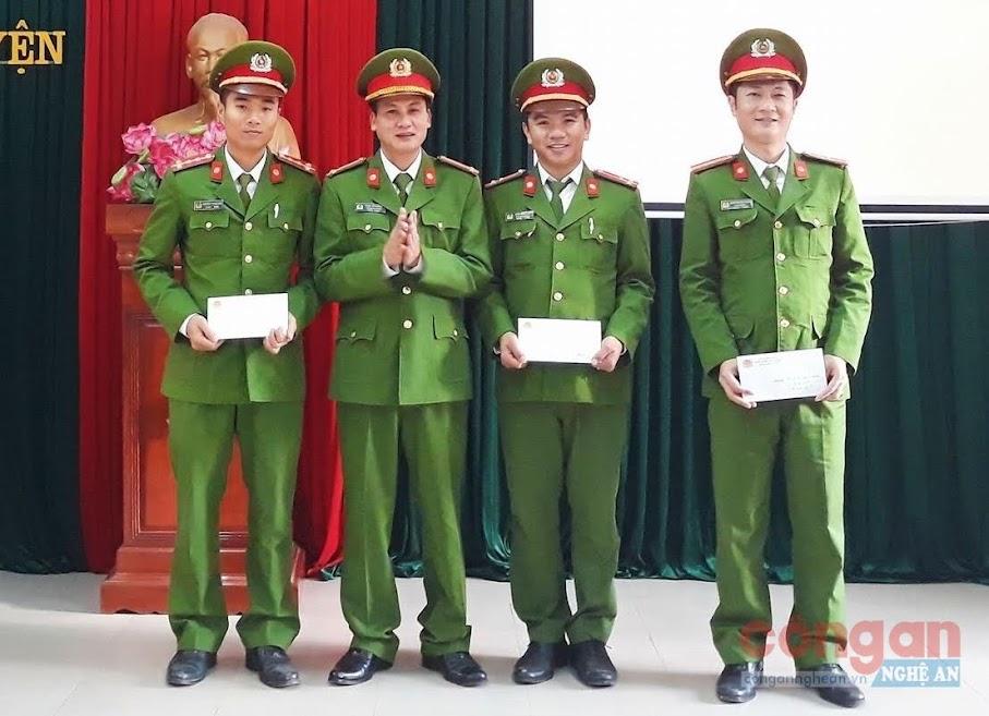 Lãnh đạo Công an huyện trao thưởng cho các đội công tác đạt thành tích xuất sắc trong đợt cao điểm tấn công,                 trấn áp tội phạm