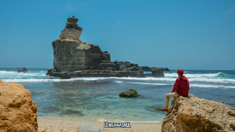 Icon pantai buyutan batu besar atau karang di laut dengan bentuk khas
