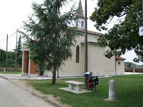Photo: 19e Dag, maandag 3 augustus 2009 Vertrek: Verona Vertrektijd: 07.00 uur Aankomst: Ferrara Aankomst: 18.00 uur Temp.maximum: graden, Wind: 2 Bfr, Windrichting: z.w. Weerbeeld: warm, zonnig. Afstand totaal: 136,7 km, Tijd: 9:14:51 uur, Gemiddelde: 14.7 ODO totaal: 1535 km Kerkje in de Povlakte. Ook te gebruiken als campingplek. Links voor de kerk is een waterkraan.
