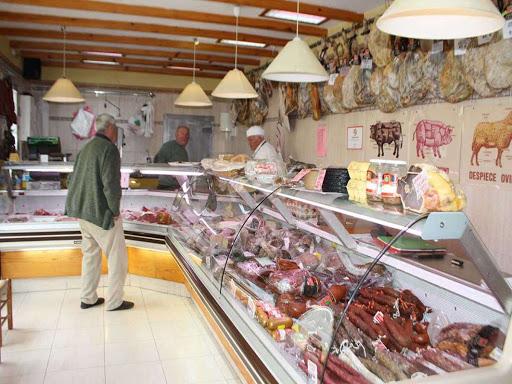 Embutidos caseros, carne, tiendas que ofrecen a los vecinos productos de la tierra.