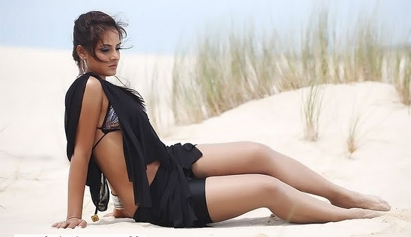Neetu Chandra thunder thighs, Neetu Chandra sexy legs