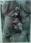 Esta mae e seus 3 filhos, foram executados segundos depois dessa foto ter sido tirada. O desespero no rosto da mae contrasta com o olhar da crianca em direcao a camera