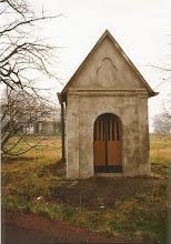 Photo: Zamknięta kapliczka w 1999 roku. Zdjęcie: H. Cojg
