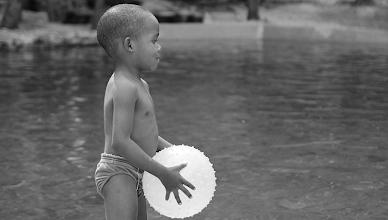 Photo: Esta imagen con la pelota casi iluminada artificialmente me pareció surreal, y corrí a tomar la foto antes de que el niño cambiara de pose...