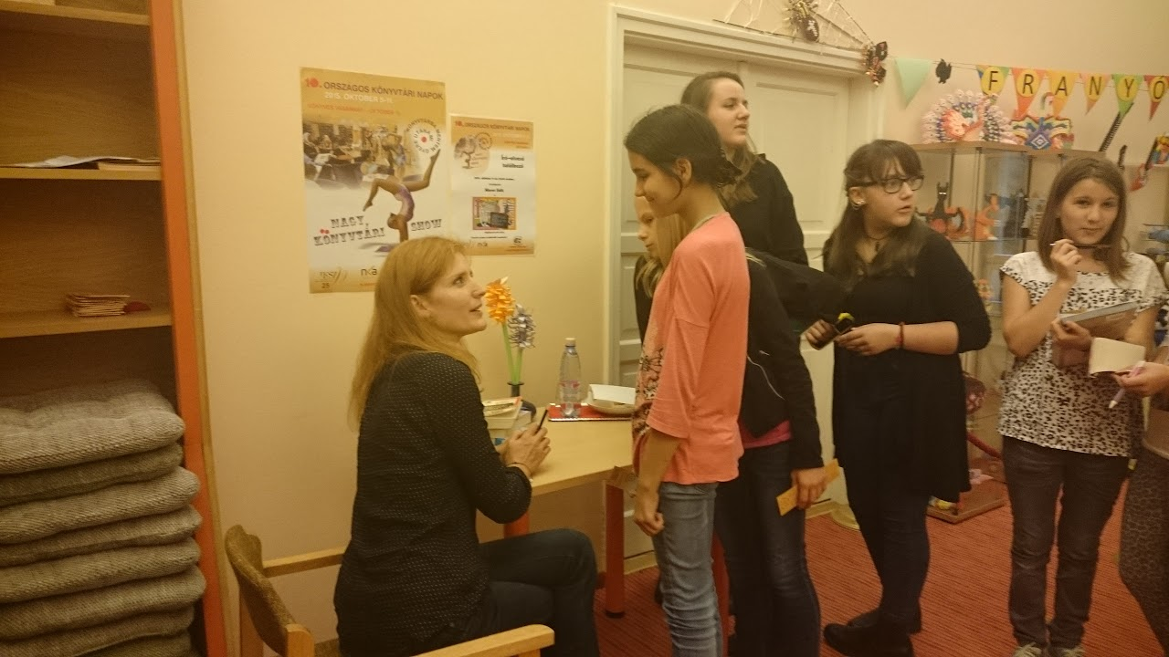 Maros Edit dedikál fiatal olvasóinak