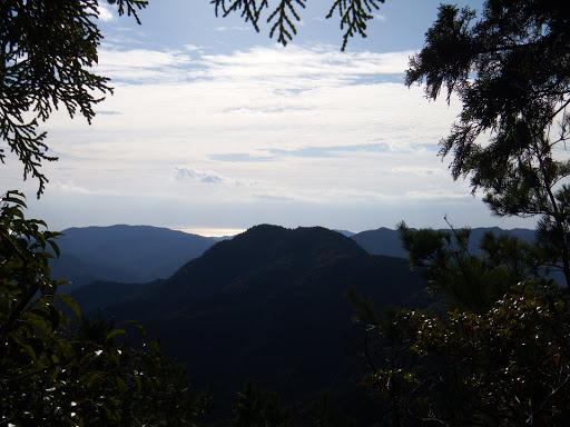 岩の上からの展望(駒の行者山、奥に海)