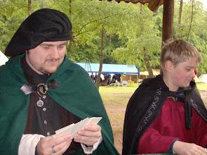 Photo: Gerion und Björn beim Kartenspiel.
