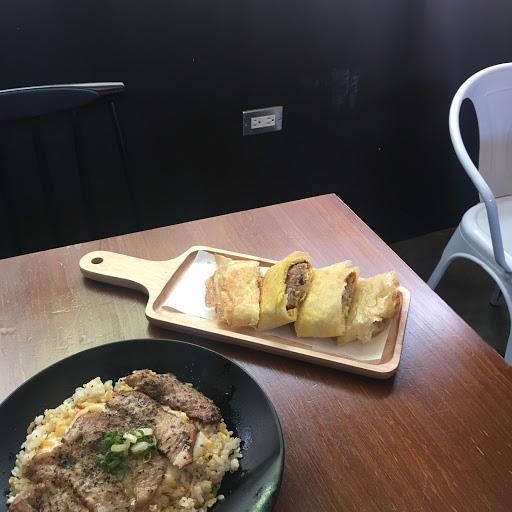 松阪豬肉炒飯米粒偏硬且不夠有鬆度 肉粽蛋餅餅皮酥脆搭配肉粽的確特別 整體來說是有特色但吃到見底時蠻油的 用餐感受店員及環境還算親切舒適