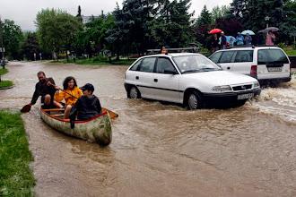 Photo: Miskolc, 2010. május 16.Emberekcsónakkal közlekednek Miskolcon a Kilián városrészben, miután az esőzések következtében megáradt és kiöntött a Szinva patak.MTI Fotó: Vajda János
