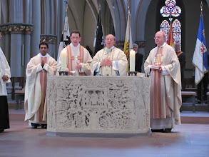 Photo: Pfarrer em. Herzig hält das Schlussgebet mit Propst Heine
