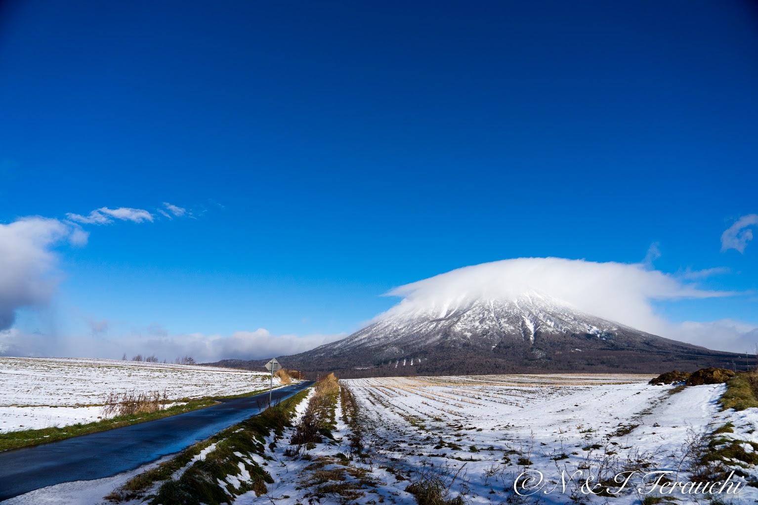 ふんわり雲の白い帽子をかぶった羊蹄山