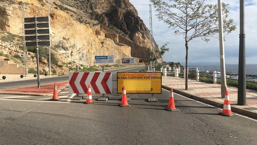 La carretera de El Cañarete, cortada por obras.