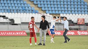 La imagen del final del partido con Mario Silva tocado y Rubén Baraja feliz.