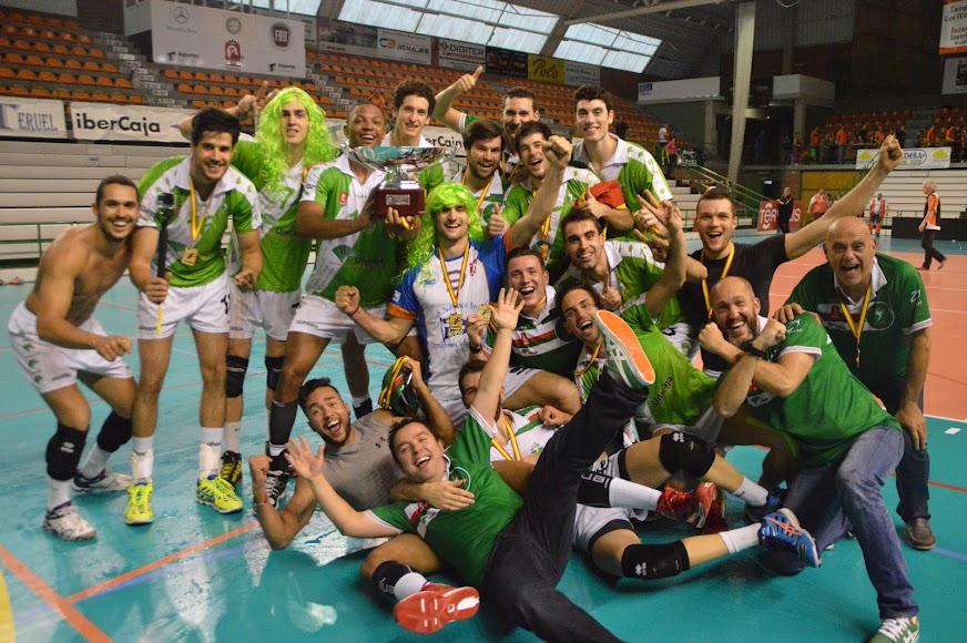 En la celebración de la Superliga ganada en el Pabellón de Los Planos.