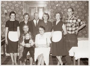 Photo: Fra Fagforeningsfesten d. 3. december 1960. Gerda, Søster, Carl Bæk, Erna Valsted, Kine, Jens Bæk, Anne Bæk m. pige, Ninna Indsendt af Mona Bæk