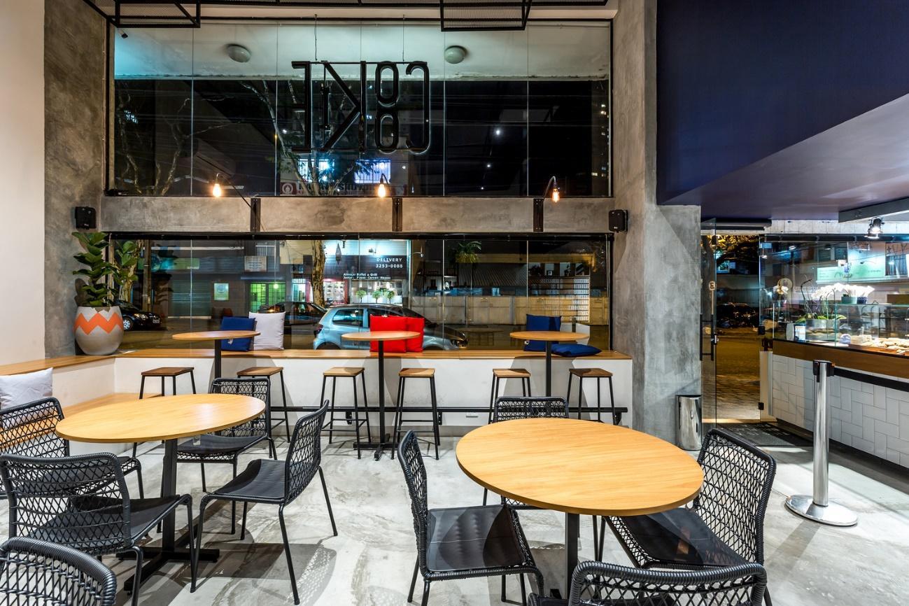 Cadeira e mesa de restaurante  Descrição gerada automaticamente