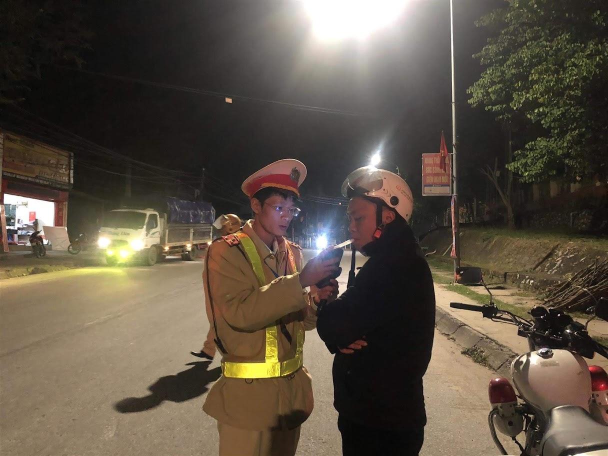 Cán bộ CSGT Công an huyện Tương Dương kiểm tra nồng độ cồn của người tham gia giao thông