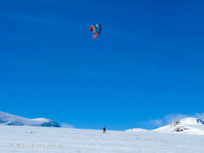 Photo: Kiting is not only done on a board on the water, but also on snow, using skis. This is from Hovden in Setesdal, Norway - a popular ski resort.