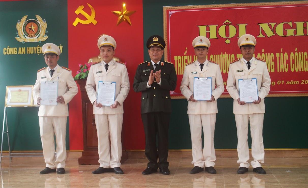 Đồng chí Thiếu tướng Nguyễn Hữu Cầu trao quyết định bố trí Công an chính quy đảm nhiệm chức danh Công an xã