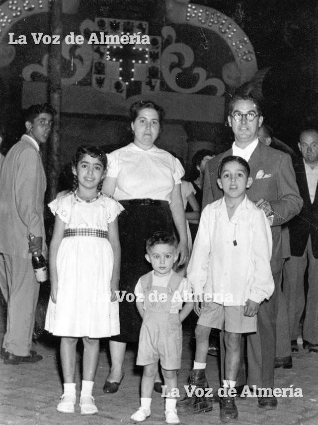 Juan López León, el dueño de la tienda, junto a su esposa, Juana, y sus hijos: Carmen, Juanito y Salvador, en una noche de feria.