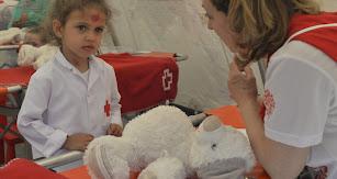 Laura Abad realizando el diagnóstico a su osito de peluche.
