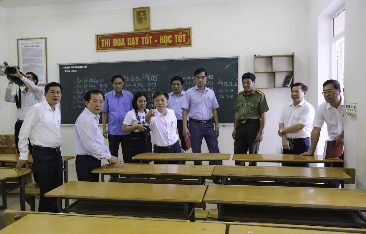 Ban chỉ đạo kỳ thi THPT quốc gia năm 2019 kiểm tra phòng thi                                                               tại điểm thi THPT Huỳnh Thúc Kháng, TP Vinh