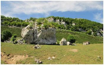Photo: Vega la Piedra (1139 m). Llamada así por la enorme roca que aparece en la imagen.