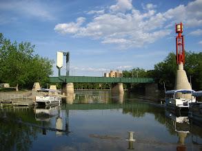 Photo: Winnipeg'de sel olmuş, nehir yükselmiş.  Rıhtım su altında.