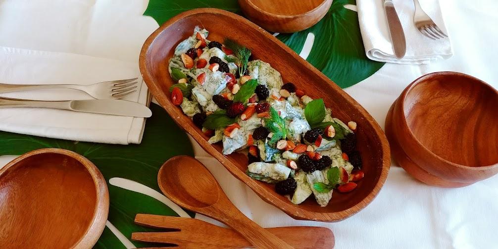 Салата със смачкани краставици и цедено кисело мляко