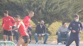 Mohamed El Assy viendo el entrenamiento de este jueves.