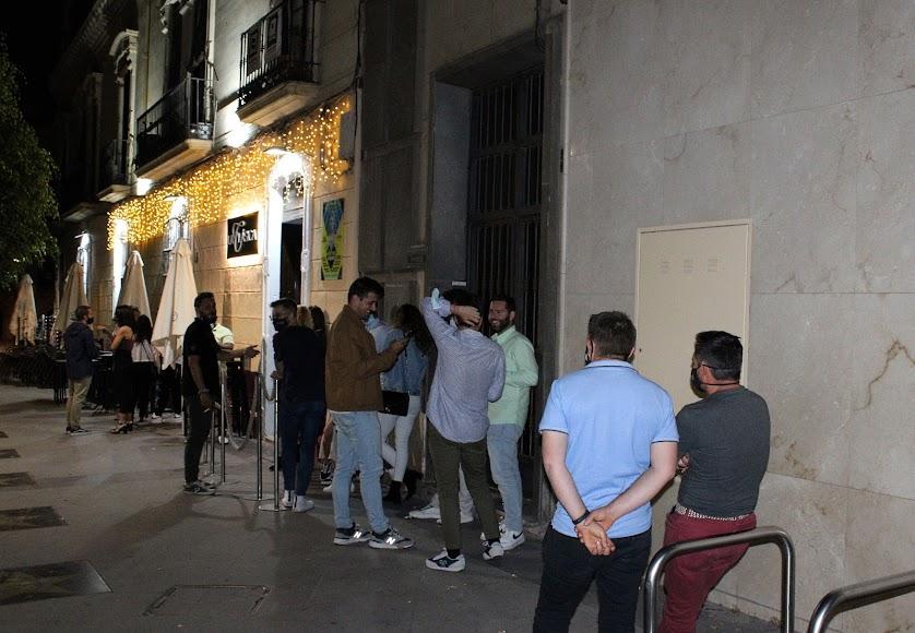 Almerienses aguardando su turno para entrar en La Clásica.