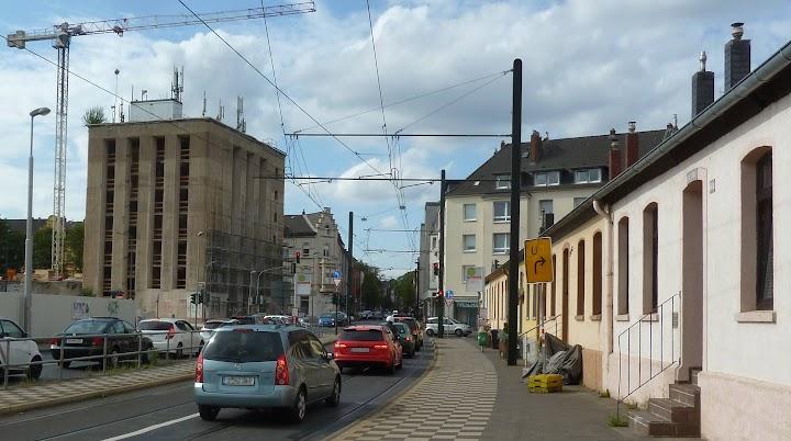 Straßenansicht mit Hochbunker.