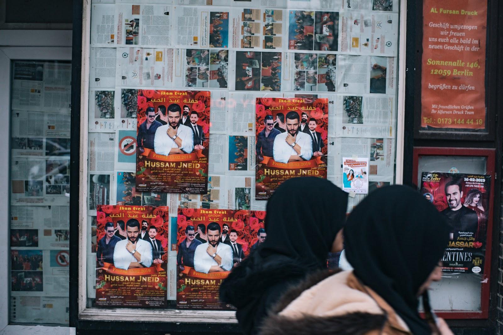 Zwei Frauen vor Plakaten eines libanesischen Sängers
