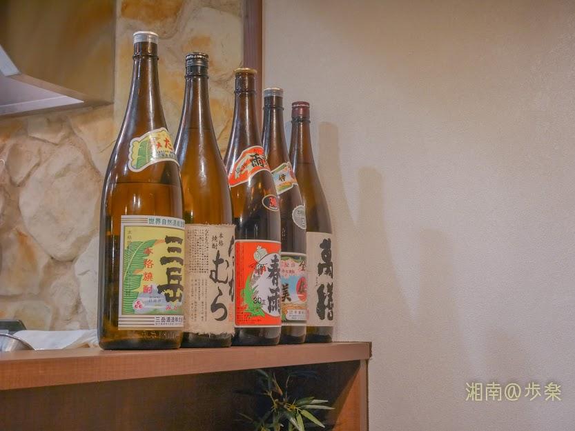 カウンターに鎮座する焼酎瓶-ヌードルワークス藤沢